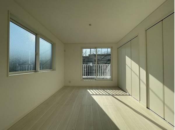 開口部が広くたくさんの陽を取り入れます。窓を開ければ気持ちよい風が舞い込んできて開放的な空間を演出。