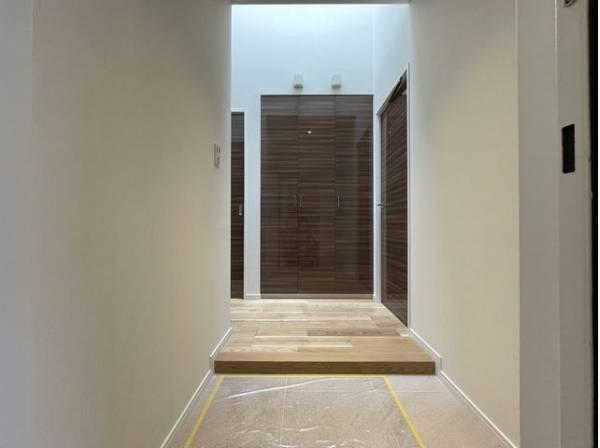 玄関スペースは実用性ももちろんですがその家の第一印象をよくしてくれるデザイン性も重要です。