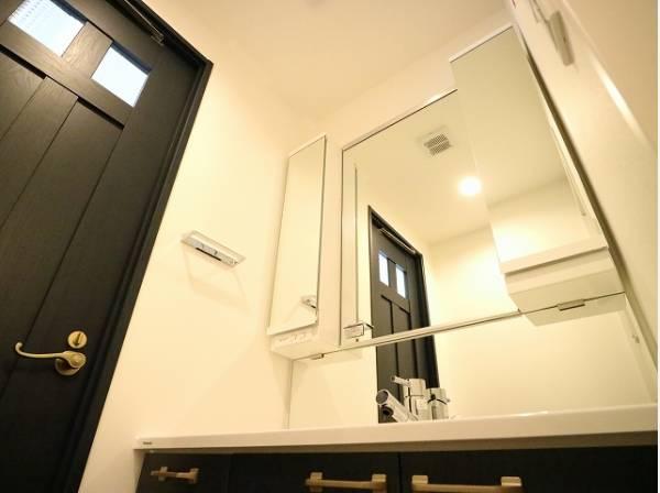 デザイン性の高い洗面化粧台。一日の始まりと終わりを心地よく演出してくれる場所です。