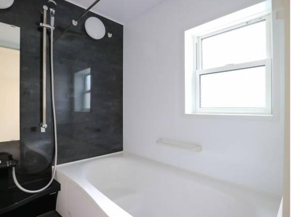 美しいツヤとなめらかな肌ざわり。水や汚れをはじき汚れにくくお掃除ラクラクの浴槽です。換気のための窓もついています。