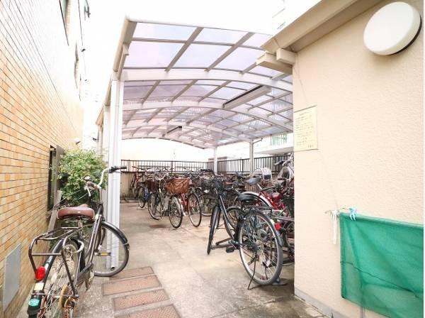 敷地内駐輪場。屋根付きなので雨風から守れます。