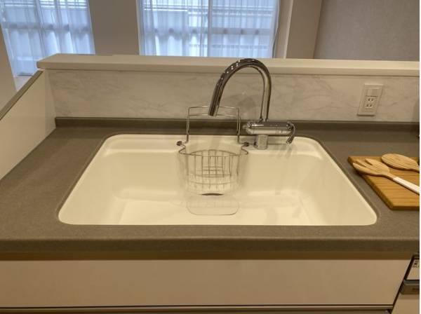 大きな調理器具や食器類もゆったり洗えるシンクです。