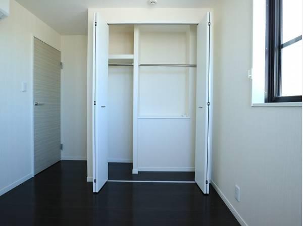 クローゼットをご用意。洋服をしまう整理ダンスなどを置かなくてもいいので、その分お部屋を広く使うことができますね。