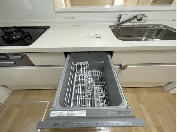食器を洗っている間にお掃除など、様々なシーンで家事の時短に役立つ食洗機。省スペースのビルトインタイプ。
