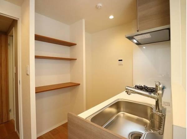 キッチンの後ろには造作棚をご用意いたしました。食器やキッチン家電、食材などをスッキリと収納できます。
