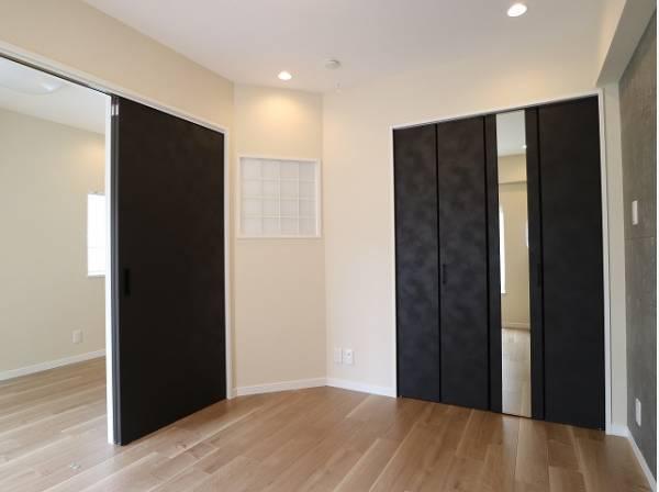 洋室はシックな内装。趣味・感性で個性的に飾って頂けるようシンプルに仕上げてあります。
