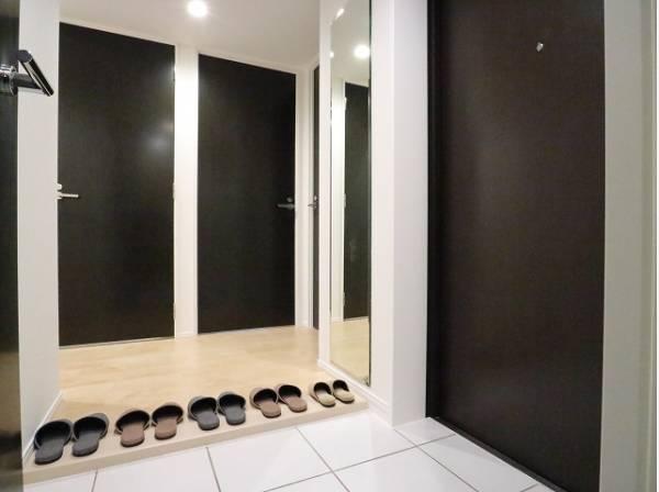 上質感漂うゆとりの広さの玄関スペース。安らぎに満ちた生活空間を予感させてくれます。