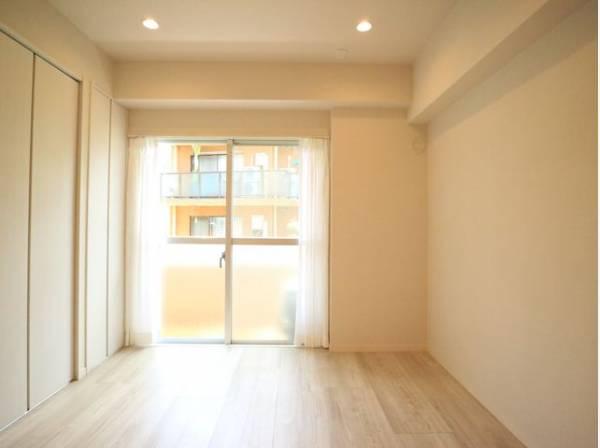 大きな窓からたっぷりと陽光が注がれる明るい空間。一日の疲れをいやしてくれるお部屋です。