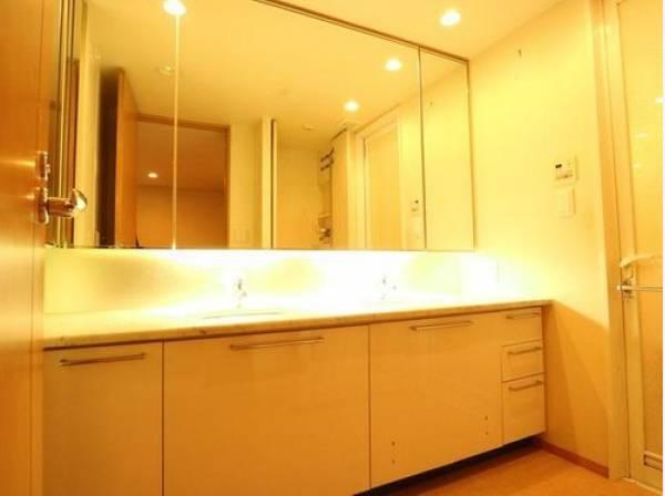 2ボウルの洗面台が設置されたパウダールームは広々としたスペースを確保。ゆったりと身支度ができます。リラックスして優雅なひと時をお過ごし下さい。
