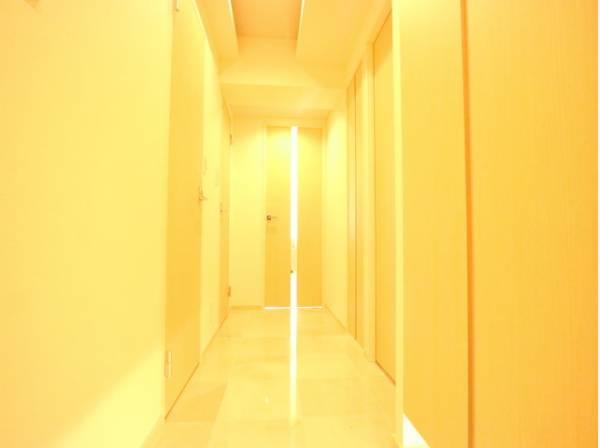 玄関を開けると、明るい日が差し込むリビングへと誘う廊下。明るく開放的な空間を美しい建具が見事に演出。