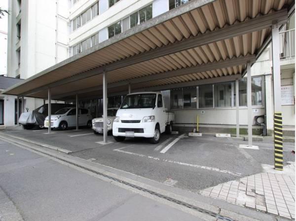 敷地内駐車場(現在空無)。