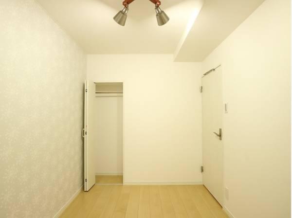 住まう方自身でカスタマイズして頂けるように「シンプル」にデザインされた室内。収納付でプライベートルームはゆったりと快適に。