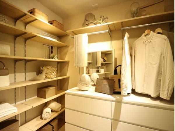 ひと目で収納物を確認できるドレッサールーム。棚やハンガーパイプが付いた使いやすい設計です。