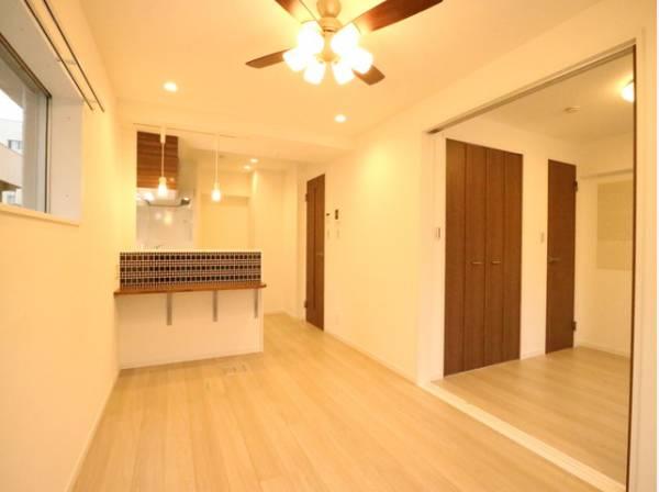 リビングと隣接の洋室は天井、フローリングと同じ色合いで揃えており、可動ドアを開くと広々空間になります。