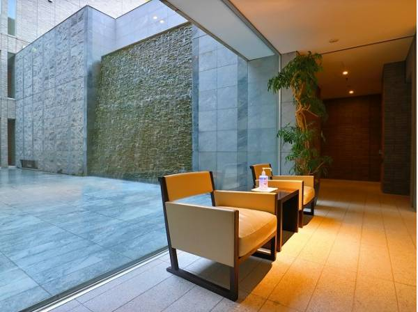 格調高いデザイン性を持つエントランスは、住む方のプライドを満たすクオリティ。