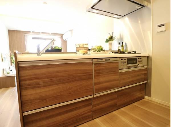 ブラウンを基調とした清潔感のある対面キッチンは、家事をする奥様とリビングにいるご家族を優しくつなぎます。