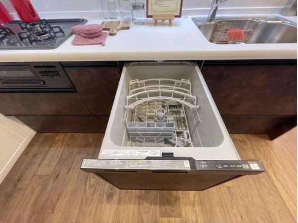 食器を洗っている間にお掃除など、様々なシーンで家事の時短に役立つビルトイン食洗機。