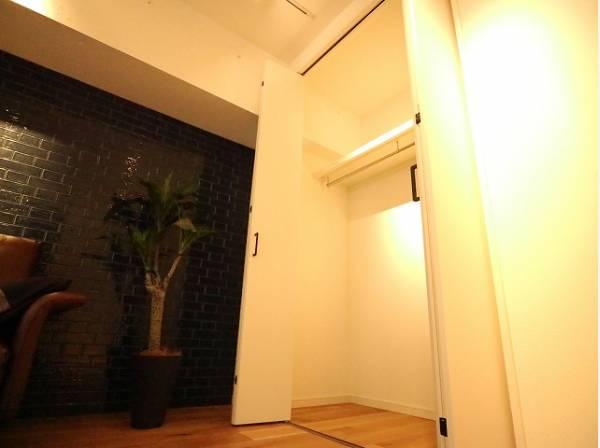 クローゼットをご用意しております。洋服をしまう整理ダンスなどを置かなくてもいいので、その分お部屋を広く使うことができますね。
