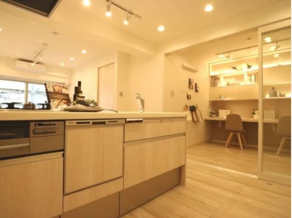 清潔感のあるキッチンはゆったりと調理ができる位のスペースがあります。