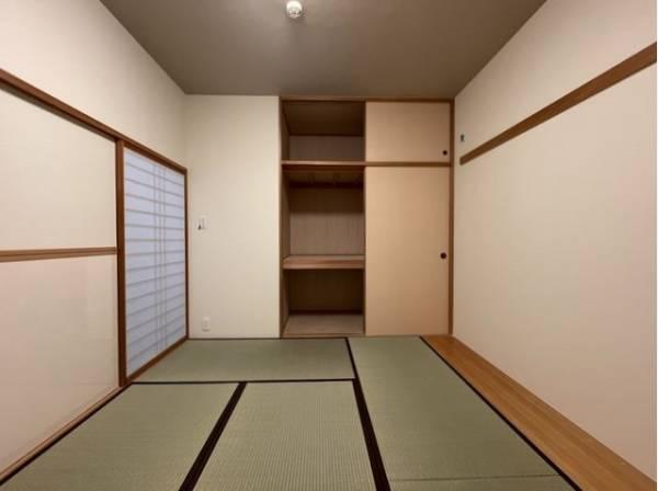 しっかりと奥行きのある押入れ。天袋もあるので、シーズンオフのお洋服やインテリアなども収納いただけます。