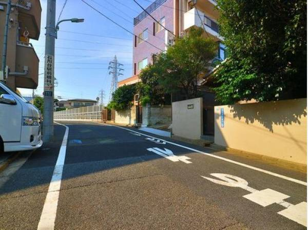 前面道路は道路幅6.1m。駐車も安心です。