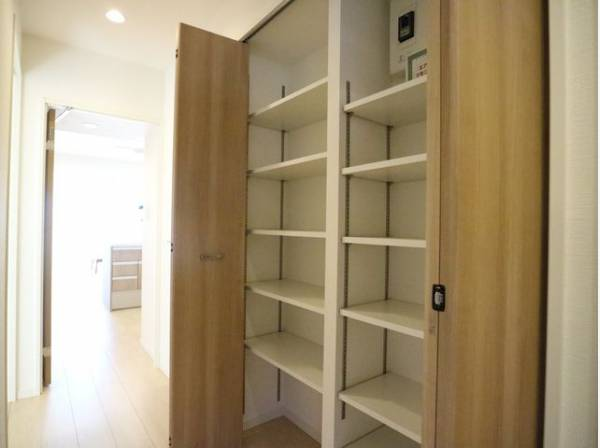 廊下にも棚板の付いた収納をご用意しました。細々したモノを片付けられて便利です。