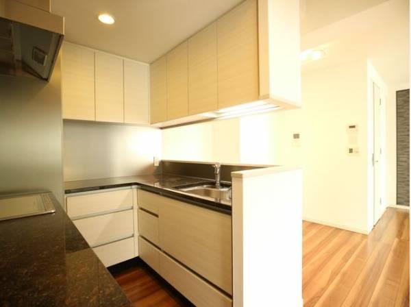 ホワイトを基調とした清潔感のあるL字型の対面キッチン。使い勝手の良い設備のキッチンで効率よくお料理ができます。