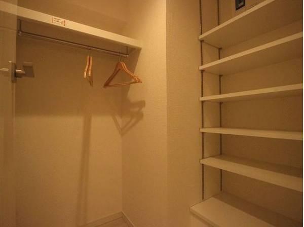 玄関横には、普段使わない季節用品やトランクなどの大きなものも収納できるマルチWICがあります。