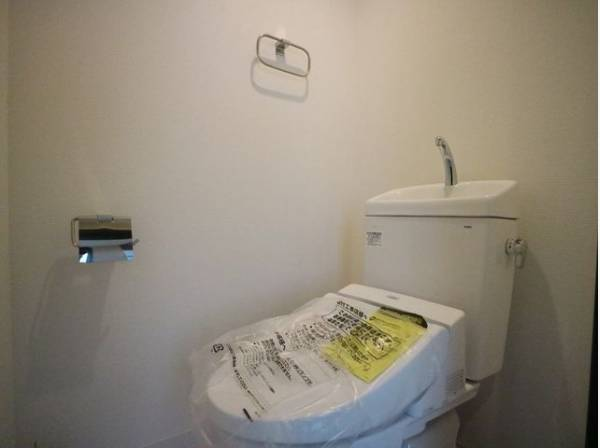 トイレには快適な温水洗浄便座付きです。