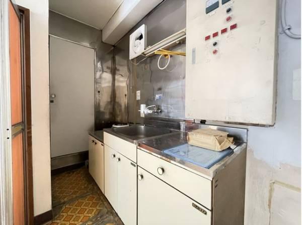 簡単な調理なども可能なキッチン付。収納も付いています。