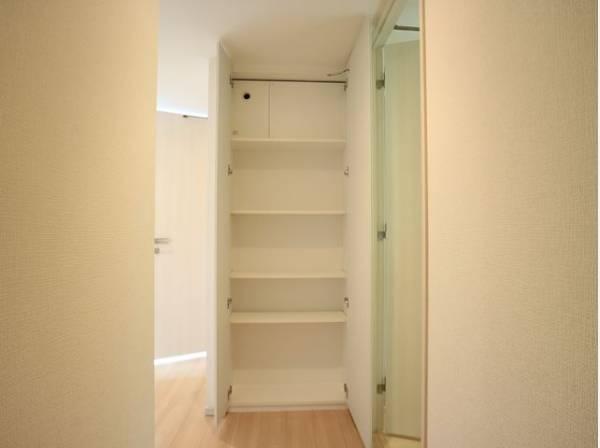 無駄を省き有効に活用した収納スペース。棚も設置して便利な収納に。毎日使う掃除機やお掃除グッズ、お洗濯グッズはここに。