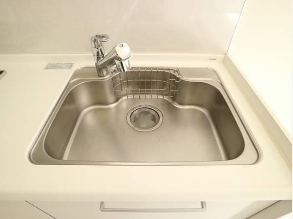ホワイトを基調とした清潔感のあるキッチン。シンクまわりもすっきり。