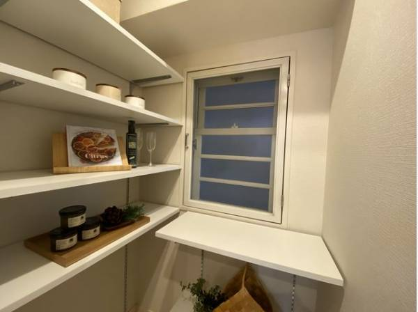 パントリーが設置されています。キッチン用品をたくさん収納できますのでスッキリと過ごしていただけます。