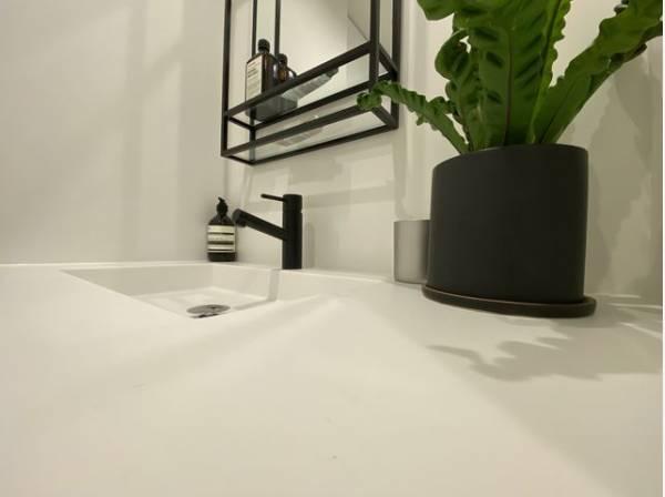 デザイン性の高い洗面化粧台。一日の始まりと終わりを心地よく演出してくれる洗練された空間。