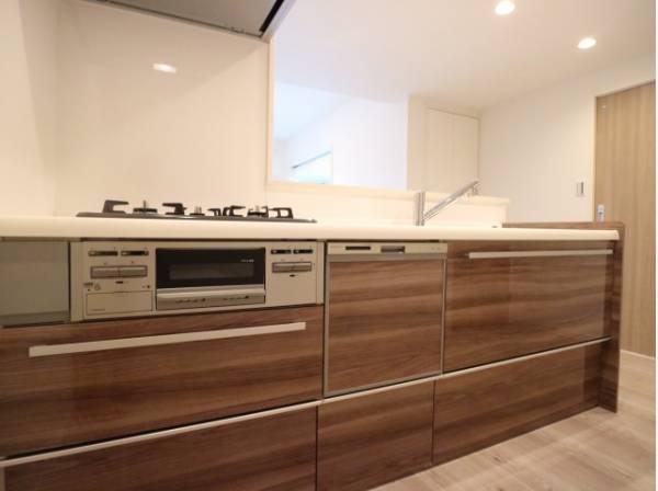 暮らしの中で輝き続けるキッチン。日々の調理をよりスムーズに、快適にサポートしてくれます。あなたの暮らしに寄り添うキッチンです。