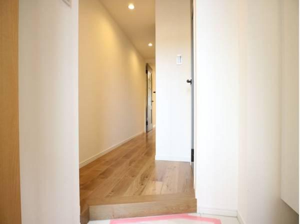 玄関を開けると、明るい日が差し込むリビングへと誘う廊下。玄関は毎日の行き帰りで使う大事な空間。明るく迎えてくれるお部屋は嬉しいですね。