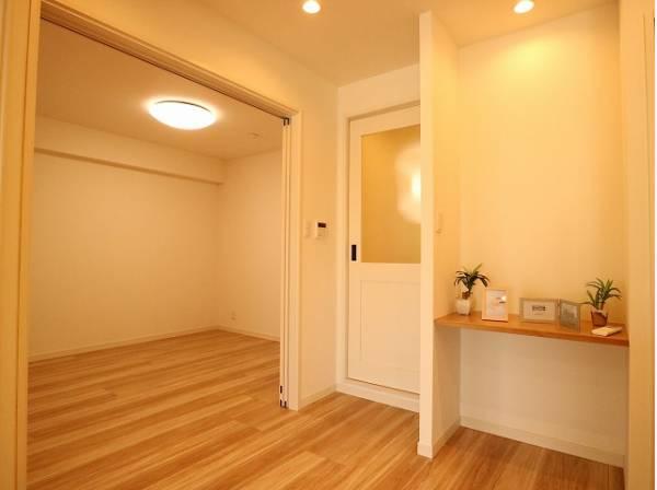 明るさをもたらす魅力のリビング。可動ドアを開くと開放的な空間が広がります。自然とくつろぎの場所に。