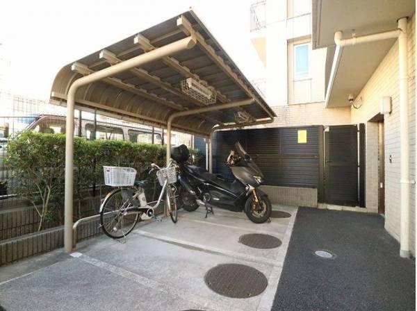敷地内駐輪場、バイク置場。