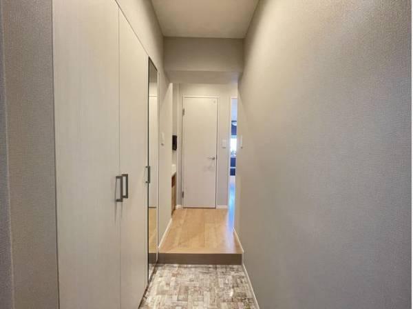 明るく開放的な空間を木目が美しい建具が見事に演出。住まいの顔となる玄関は落ち着きと華やぎの満ちた空間