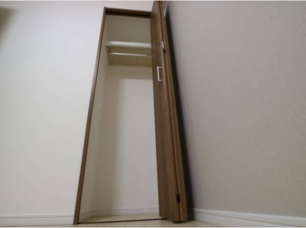 クローゼットは棚やハンガーパイプが付いた使いやすい設計。ワードローブをスッキリ収納できます。
