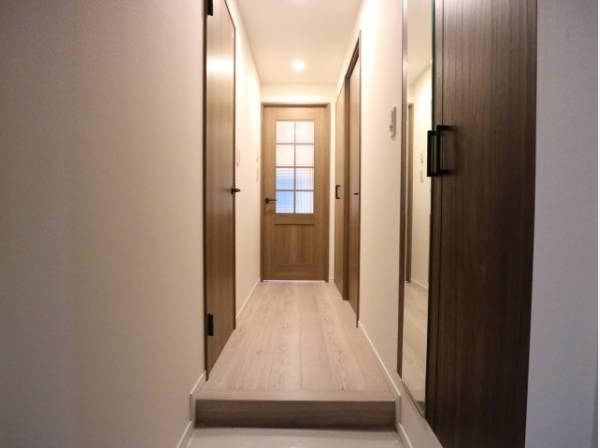 玄関ドアを開けると、リノベーションされ生まれ変わった室内がお出迎え。