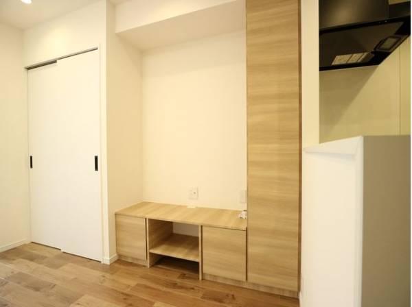 リビングには壁一面の収納をご用意。機能的でありながら、上質感も漂います。