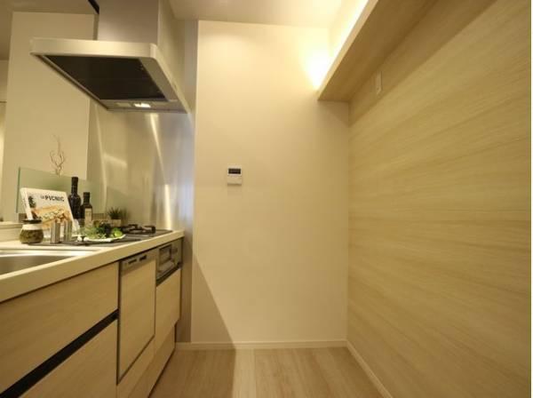 キッチン背面にも食器棚などが置けるスペースを確保。キッチン家電も置き場に困ることはありません。