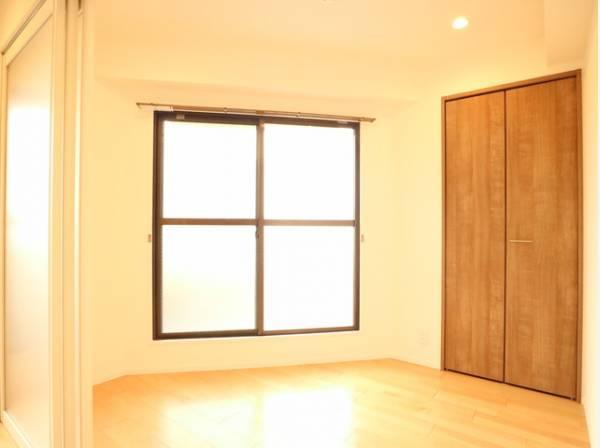 木のぬくもりを感じられる、のびのびとした明るい洋室。いつまでも快適に暮らせる空間が広がります。