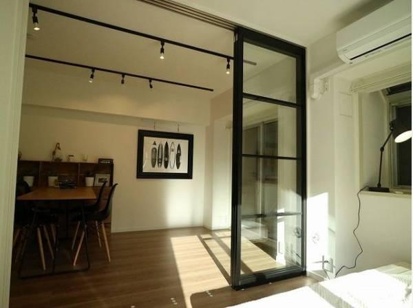 2つの洋室は天井、フローリングと同じ色合いで揃えており、可動ドアを開くと広々とした空間に。