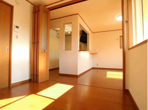 リビングと隣接の洋室は天井、フローリングと同じ色合いで揃えており、可動ドアを開くと広々空間になります。家族構成の変化にも柔軟に対応するための工夫をいたしました。