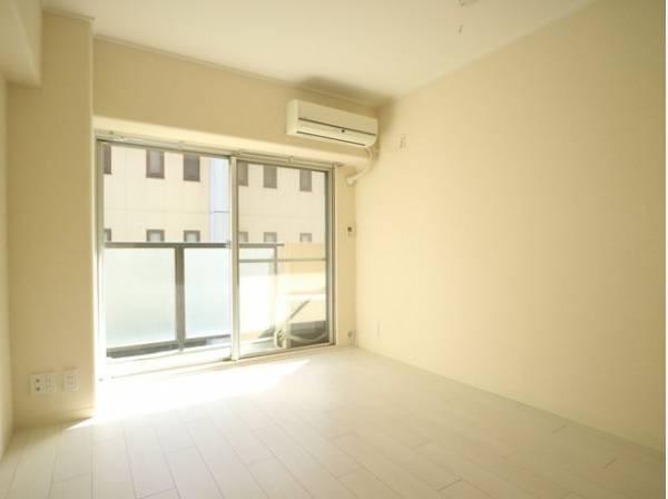 大きな窓からたっぷりと陽光が注がれる明るい空間。時を忘れて過ごす場所として過ごせるお部屋。
