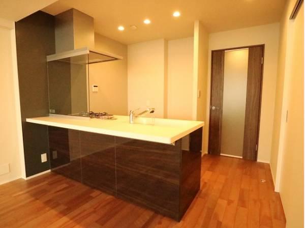 キッチンはリビングダイニングを見渡せるオープンタイプの対面キッチン。すぐ横に洗面水回りをご用意していますので、家事が捗るように動線を意識した間取りです。
