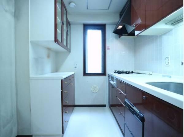 清潔感のあるキッチン。使い勝手の良い設備のキッチンで効率よくお料理ができます。背面にも収納スペースが設けられ、家電も置き場に困ることはありません。