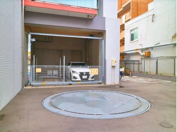 敷地内駐車場は(月額)18000~22000円で利用可能です。